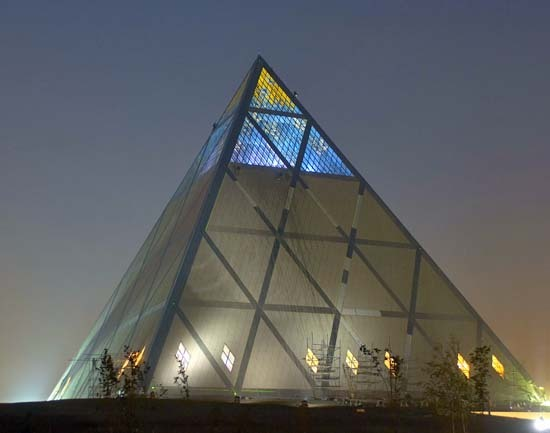 File:PyramidNigelYoungpic.jpg